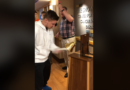 """""""El día más feliz de mi vida"""": un adolescente toca el timbre celebrando el final de la quimioterapia después de una batalla de 3.5 años"""
