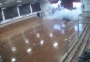 Los estudiantes de Carolina del Norte corrieron a un lugar seguro cuando una tormenta destrozó el techo y la pared de su gimnasio