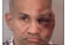 Un familiar golpea a un hombre que, según la policía, fue encontrado desnudo en la habitación de los niños pequeños