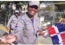 Miembros de la Policía Nacional entregan banderas y rosas a manifesta