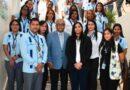 Ministro de Salud y empleados posan en foto grupal sin mascarillas