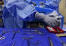 Una mujer rellena aceitunas mientras se somete a una cirugía cerebral