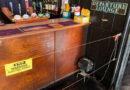 Instalan una barrera electrificada en un pub del Reino Unido para garantizar el distanciamiento social