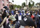 """Presidente Abinader visita barrios afectados por aguas y vientos de """"Laur"""