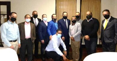 Sacerdote y empresarios se reúnen con el cónsul Jaquez