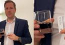 Legislador austríaco realiza una prueba rápida de covid-19