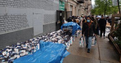 Cientos de dominicanos siguen buscando comida en iglesias y organizaciones del Alto Manhattan por impacto de la crisis de coronavirus