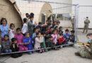Un soldado estadounidense entretiene con su ukelele a niños afganos evacuados en una base de EE.UU. en Alemania