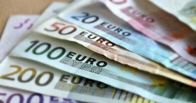 El euro cae tras pérdida de confianza empresarial